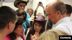 Decenas de madres inmigrantes llegaron hasta la oficina del senador Ted Cruz para pedirle que apoye el camino a la ciudadanía para millones de indocumentados. Fueron recibidos por miembros de la oficina del senador. [Foto Cortesía, Casa de Maryland].