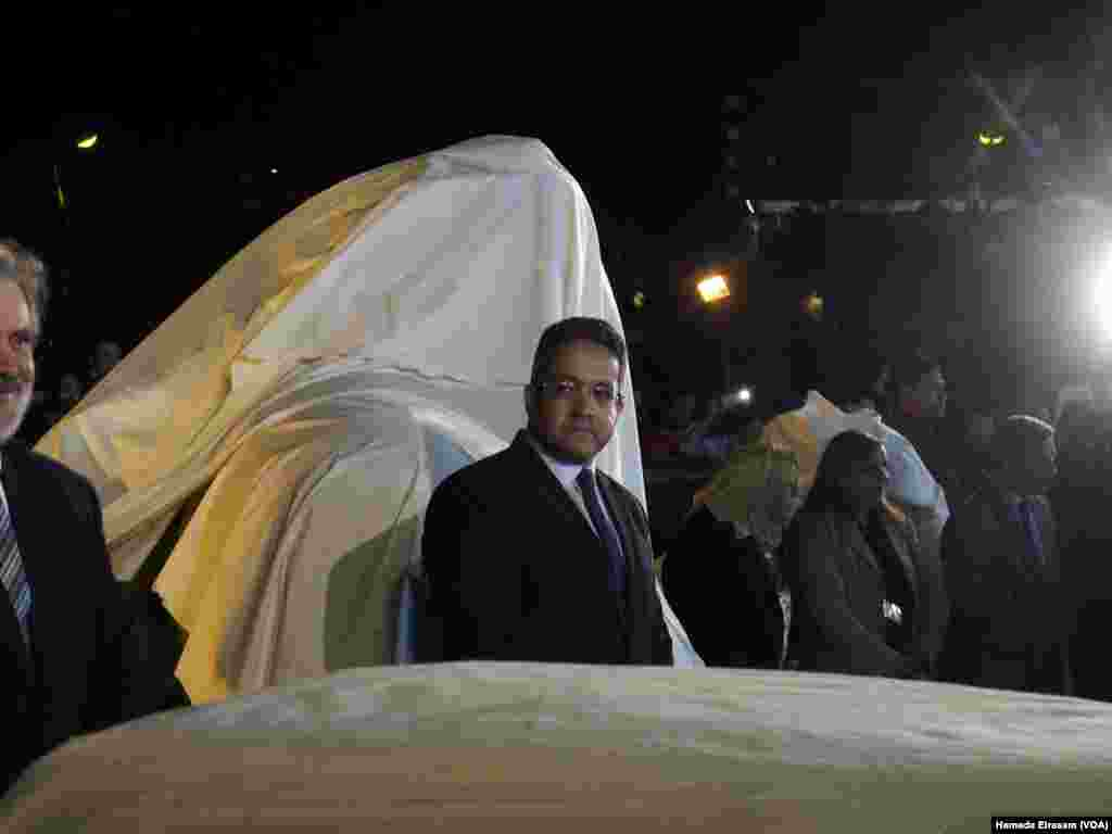 Egyptian Minister of Antiquities Khaled Al-Anany stands next to the colossus discovered recently in Matarya before unveiling it in the garden of the Egyptian Museum in Cairo, March 16, 2017. (H. Elrasam/VOA)