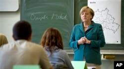 Kanselir Angela Merkel saat memberikan pelajaran sejarah untuk murid SMA di Berlin. (Foto: Dok)