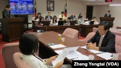 台灣立法院社會福利及衛生環境委員會4月23號的會議現場(美國之音張永泰拍攝)