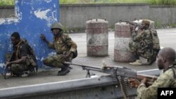 Lực lượng ủng hộ ông Alassane Ouattara di chuyển tới một chốt kiểm soát trong khu phố Youpougon ở Abidjan, ngày 10/4/2011
