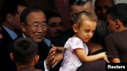 Sekjen PBB Ban Ki-moon (kiri) saat mengunjungi sekolah PBB di Jalur Gaza yang terkena serangan Israel dalam pertempuran tahun lalu (foto: dok).