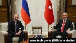 Presiden Rusia Vladimir Putin (kiri) mengadakan pembicaraan dengan Presiden Turki Recep Tayyip Erdogan di Ankara hari Senin (1/12).