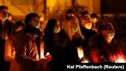 Umat Katolik saat menghadiri Malam Paskah di luar ruangan saat penyebaran COVID-19 berlanjut di Hanau, Jerman, 3 April 2021. (Foto: REUTERS/Kai Pfaffenbach)