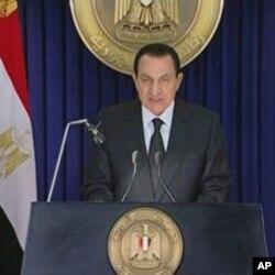 Le président Moubarak, vendredi, annonçant le limogeage du gouvernement et promettant des réformes.