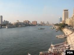 尼罗河流经开罗市区 (美国之音申华拍摄)