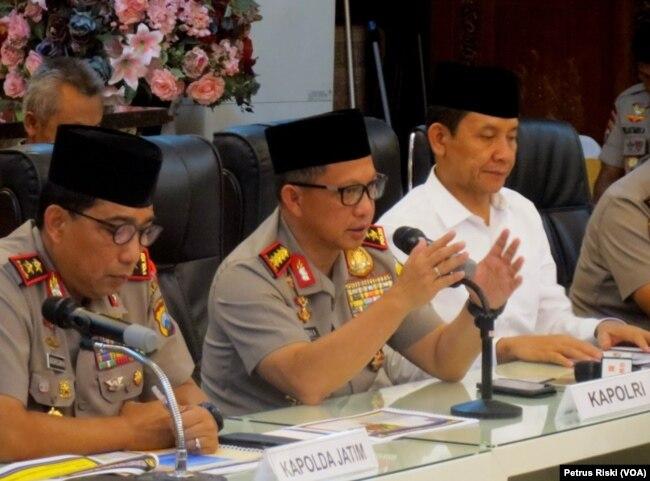 Kapolri Jenderal Polisi Tito Karnavian memberikan keterangan pers terkait aksi terorisme di Surabaya dan Sidoarjo, Senin, 14 Mei 2018. (Foto: VOA/Petrus Riski)