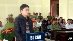 Nhà hoạt động Nguyễn Viết Dũng tại phiên xử hôm 12/4.