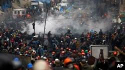 Người biểu tình tràn vào Quảng trường Ðộc lập ở Kyiv, ngày 20/2/2014. Hình ảnh những vụ xung đột đẫm máu và Kyiv chìm trong biển lửa đã gây sốc cho cả thế giới.