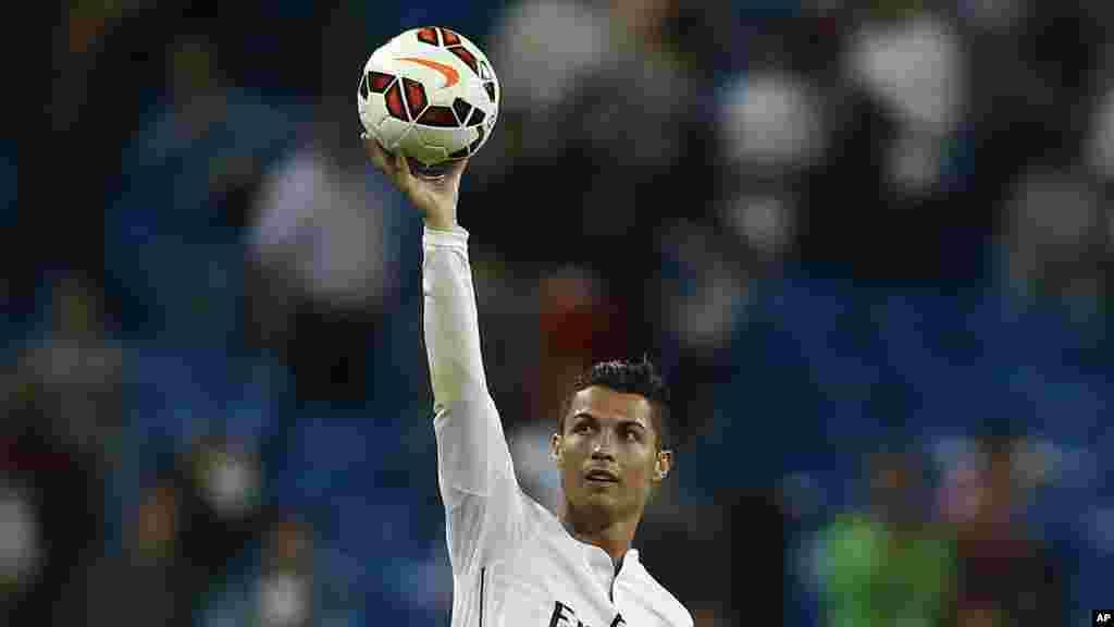 Cristiano Ronaldo Le star du Real Madrid gagne 67,4 millions d'euros. Le salaire du portugais ne compte que pour près de la moitié de cette somme.