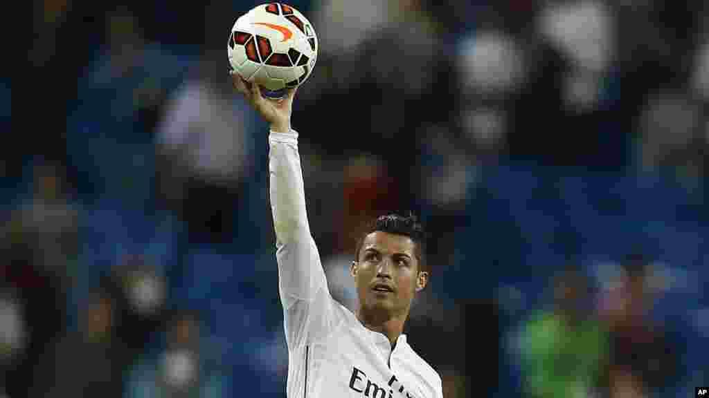 Cristiano Ronaldo កីឡាករបាល់ទាត់ក្លឹប Real Madrid រូបនេះមានប្រាក់ចំណូល ៦៧,៤ លានអឺរ៉ូ។ ប្រាក់បៀវត្សរ៍សម្រាប់កីឡាករសញ្ជាតិប៉រទុយហ្គាល់មួយនេះមានត្រឹមតែពាក់កណ្តាលនៃប្រាក់ចំណូលសរុបប៉ុណ្ណោះ។