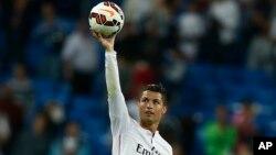 Bintang Real Madird Cristiano Ronaldo merayakan gol dalam sebuah pertandingan La Liga antara Real Madrid dan Elche di stadion Santiago Bernabeu di Madrid (foto: dok).