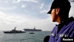 Hàng không mẫu hạm USS George Washington cùng với 4 chiếc tàu khác của hải quân Mỹ đã tới Vịnh Leyte ở Philippines.