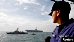一名菲律宾海军士兵了望抵达马尼拉湾的美国海军航母乔治·华盛顿号。(资料照片)