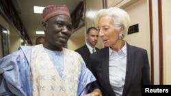 Le Ministre des Finances du Cameroun Alamine Ousmane Mey, à gauche, s'entretient avec la directrice Générale du Fonds Monétaire International, Christine Lagarde, après leur rencontre au ministère des Finances à Yaoundé, au Cameroun, 7 janvier 2016. (FMI)