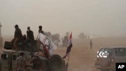 이슬람 수니파 무장단체 IS이 점령하고 있는 이라크 하위자 지역에서 21일 탈환작전에 투입된 이라크 군 탱크가 이동하고 있다.