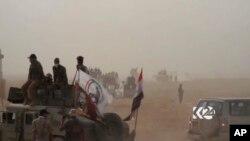 Sebuah tank bergerak maju saat pasukan tentara Irak memulai operasi untuk merebut kembali kota Hawija, Irak dari ISIS, 21 September 2017. (Foto: Kurdistan 24 via AP/videograb)