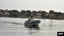 乍得警方在乍得湖上巡邏