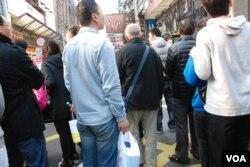 青島訪港自由行遊客劉先生(拿著兩罐奶粉者)表示,港人不應該全面排斥大陸自由行旅客