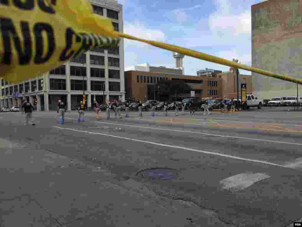 FBI inspecciona el área de ataque. Desde el 2000, murieron 14 policías en Houston, 7 en San Antonio, 4 en Austin y 3 en El Paso, otras de las principales ciudades del estado sureño.