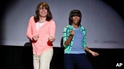 """Michelle Obama menari bersama komedian Jimmy Fallon dalam acara bincang-bincang di televisi, sebagai bagian dari kampanye """"Let's Move"""". (AP/NBC)"""