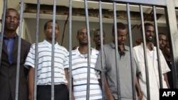 Những người bị tình nghi là hải tặc Somalia tại một tòa án ở Mombasa