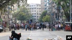 Los manifestantes ocupan una calle en Rangún, Myanmar, donde han muerto decenas de personas que protestaban contra el golpe militar del 1 de febrero de 2021.