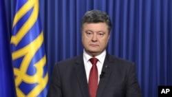 Tổng thống Ukraine Petro Poroshenko gọi cuộc bầu cử ở các vùng đòi ly khai là 'một trò hề diễn ra dưới sự đe dọa của xe tăng và đại bác'