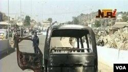 Para perusuh membakar sebuah mobil van di kota Jos, dalam kerusuhan saat Natal sebulan lalu.