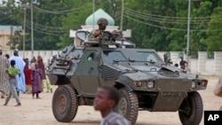 Soldat nigérian en patrouille pendant l'Eid al-Fitr, Maiduguri, Nigeria, le 8 août 2013.