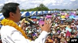 Thủ tướng Thái Lan Abhisit Vejjajiva nói chuyện với ủng hộ viên tại một cuộc vận động tranh cử