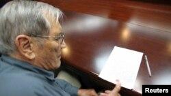 """Hình ảnh do hãng thông tấn KCNA cho thấy ông Newman điểm chỉ trên một tuyên bố """"xin lỗi"""" và """"nhận tội""""."""