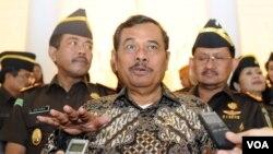 Jaksa Agung HM Prasetyo di Gedung Kejaksaan Agung, Minggu, 18 Januari 2014 (VOA/Andylala)