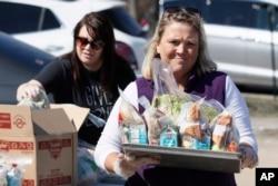 청소년들에게 무료 음식을 나눠주고 있는 학교 교직원.