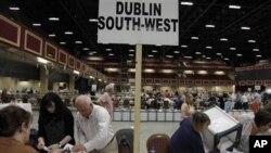 Izborni funkcioneri u Irskoj prebrojavaju glasove