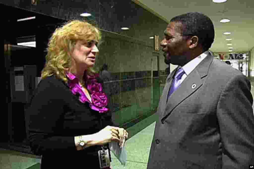 Ana Guedes e Isaías Samakuva conversam durante a visita do presidente da UNITA à Voz da América