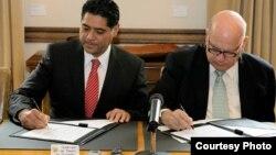 El Secretario General de la Organización de los Estados Americanos (OEA), José Miguel Insulza, y el gobernador del estado mexicano de Durango, José Herrera Caldera, firmaron un Convenio Marco de Cooperación para promover un desarrollo integral y sustentab