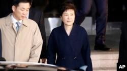 La expresidenta Park Geun-hye, sale de la oficina de la Fiscalía, que ahora busca su detención.