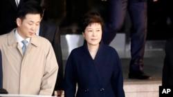 Park Geun-hye deixando a Procuradoria da República no dia 22