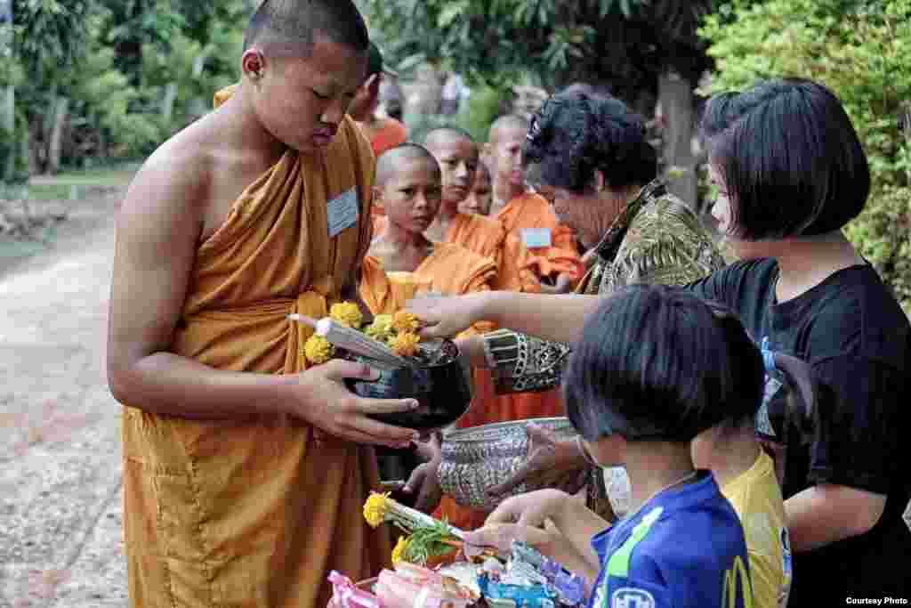 태국 농촌지역에서 불교에 막 입문한 어린 승려들이 마을 사람들에게 구호금을 구하고 있다.
