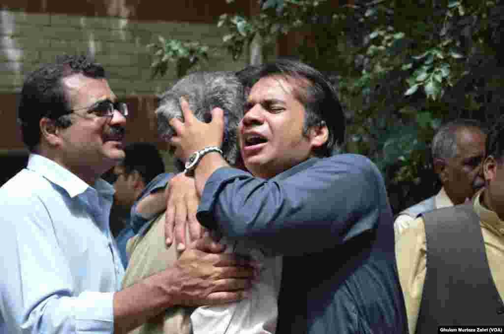دھماکے میں ہلاک ہونے والوں کے اہلخانہ شدت غم سے نڈھال ہیں۔