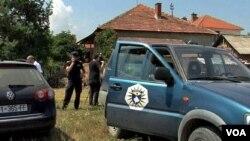 Policijska vozila ispred kuće ubijenih Milorada i Ljiljane Jevtić