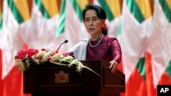 Pemimpin de facto Myanmar, Aung San Suu Kyi menyampaikan pidato soal krisis Rohingya di Naypyitaw, Myanmar, Selasa (19/9).