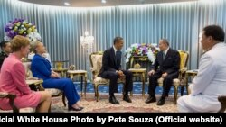 US President Barack Obama,with Secretary of State Hillary Rodham Clinton and Ambassador Kristie Kenney, meets with King Bhumibol Adulyadej