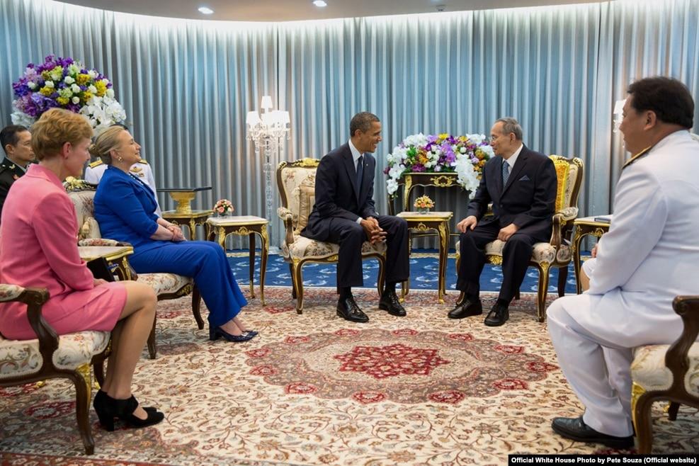 2012年11月18日,美国总统奥巴马和国务卿克林顿在曼谷的医院会见泰国国王普密蓬