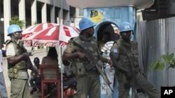 Dakarun Majalisar Dinkin Duniya suna gadi kan titunan birnin Abidjan, Ivory Coast, 22 Dec 2010.