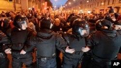 7일 러시아 상트페테르부르크에서 경찰이 시위대를 막아 서고 있다.