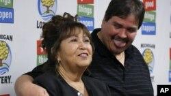 Ông Donald Lawson (phải), 44 tuổi, cư ngụ tại Lapeer, bang Michigan trúng độc đắc Powerball 337 triệu đôla (31/8/2012)
