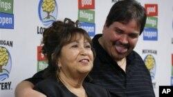 Donald Lawson (kanan) warga di kota Lapeer, Michigan - bersama ibunya - berhasil menang lotere Powerball sebesar 337 juta dolar AS atau sekitar 158,7 juta dolar setelah dikenai pajak.