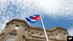 Kubanska zastava ispred ambasade u Vašingtonu